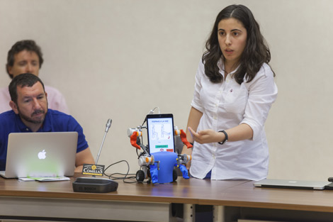 Investigadora ACM muestra robot